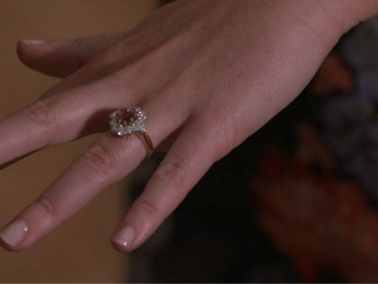 尤金妮公主早前接受采访时晒出自己的订婚戒指。
