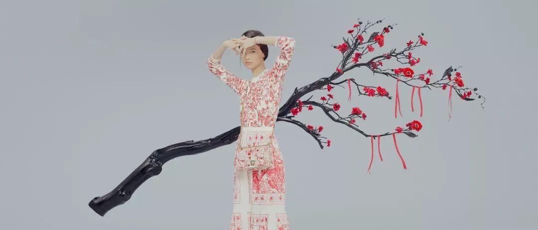 衣服上的手绘荷花图案