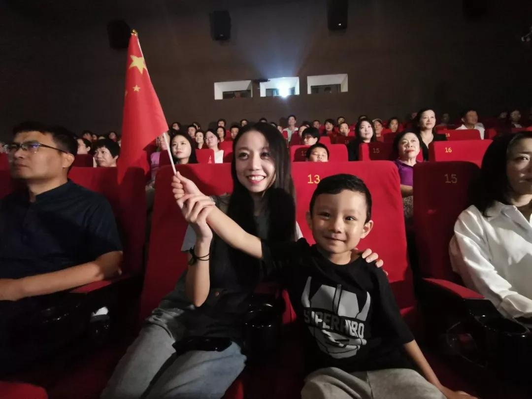 北京觀眾李傲的丈夫是中部戰區空軍某部軍官,因為要保障國慶閱兵,無法陪同家人。她帶著4歲的孩子到影院觀看國慶閱兵直播。兒子目不轉楮地盯著大銀幕,覺得一定可以看見自己的爸爸。