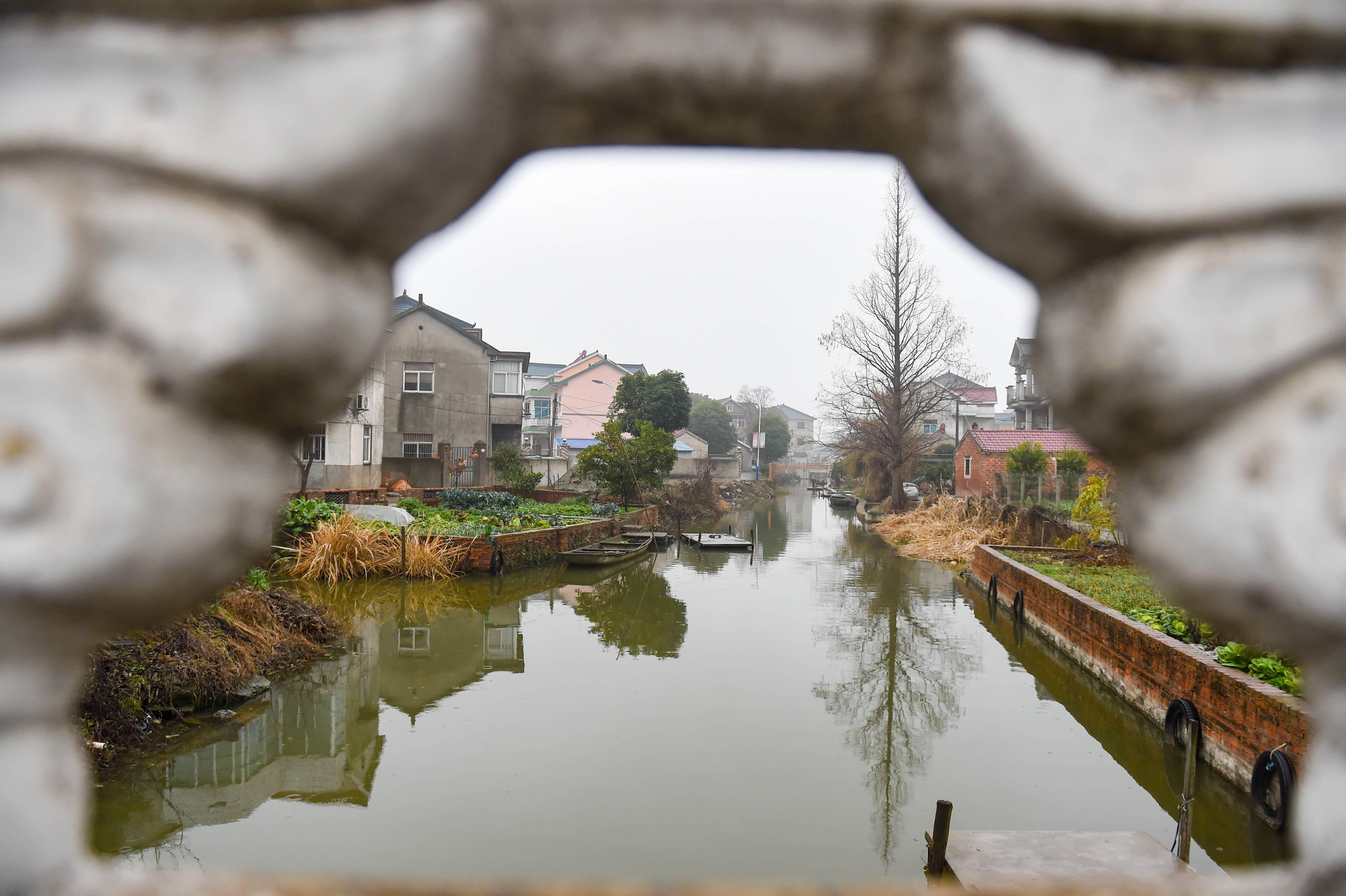 依水的临湖村。