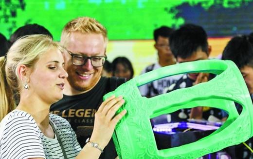 德国观众物博会上体验3D打印
