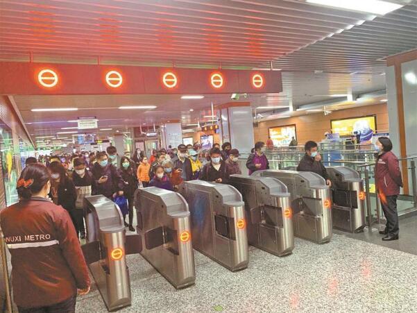 无锡地铁站厅试点闸机扩容 提升通行效率,缓解乘客集聚
